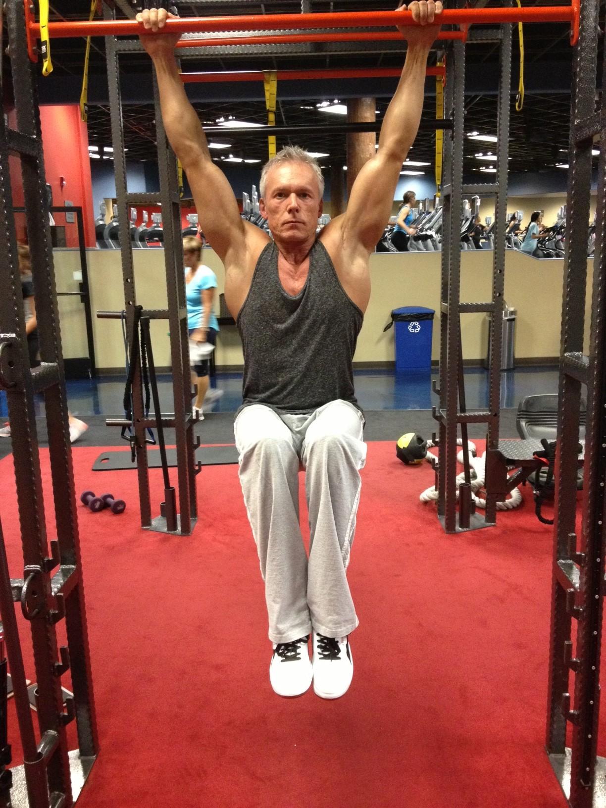 Hanging knee raises with medicine ball - Hanging Knee Raises